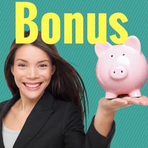Bonus und Mädchen das Sparschwein hochhält